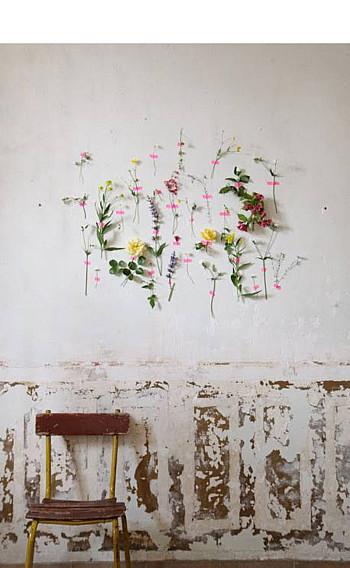 wooninspiratie bloemen aan muur