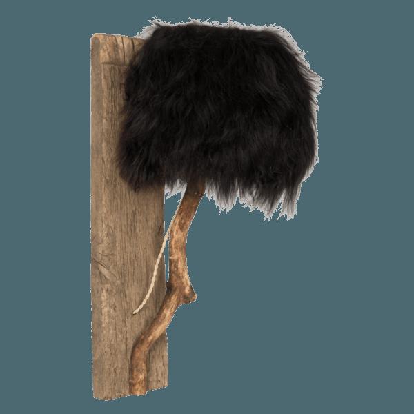 En trävägglampa av ek med lampskärmen svart isländskt fårskinn