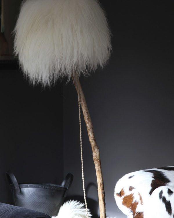 golvlampa  DutchDilight med lampskärmen från vit isländskt fårskinn