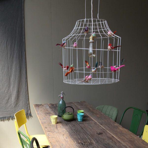 Hängande lampa med små fåglar vitt kitchen