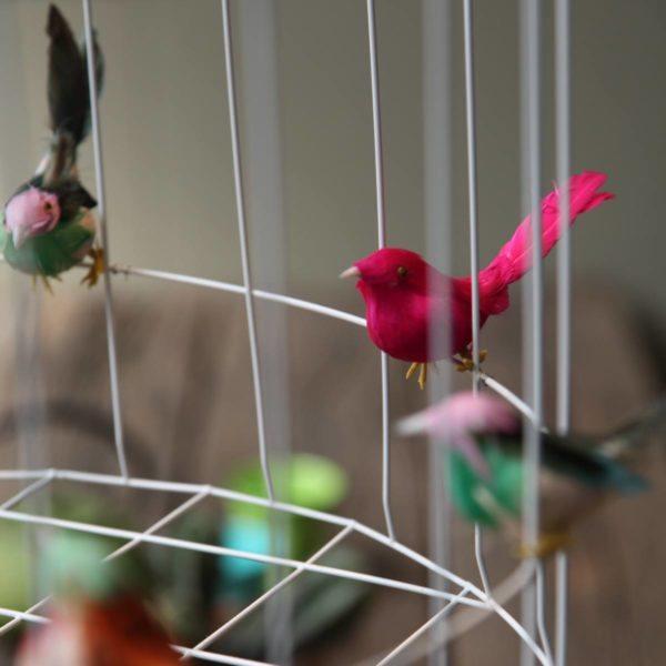Hängande lampa med små fåglar vitt matbord kitchen