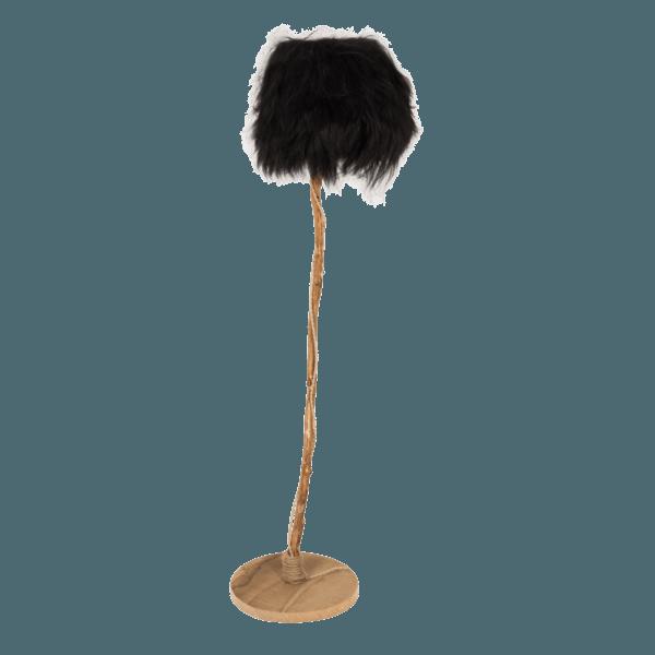 golvlampa av ek med lampskärmen från svart isländskt fårskinn