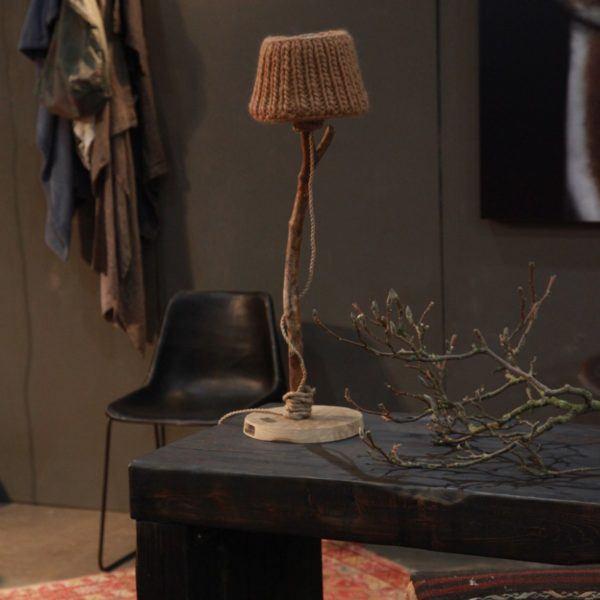 Bordslampa trä rustik stickade lampskärmen