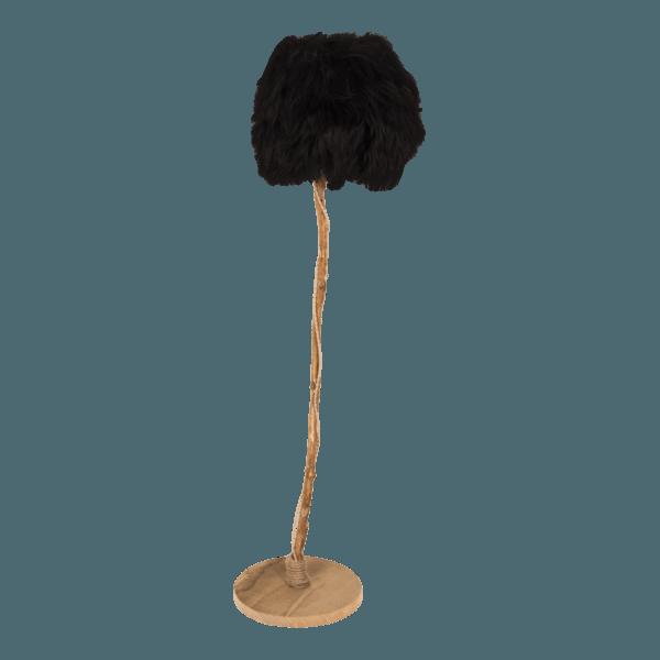golvlampa med lampskärmen från svart isländskt fårskinn.