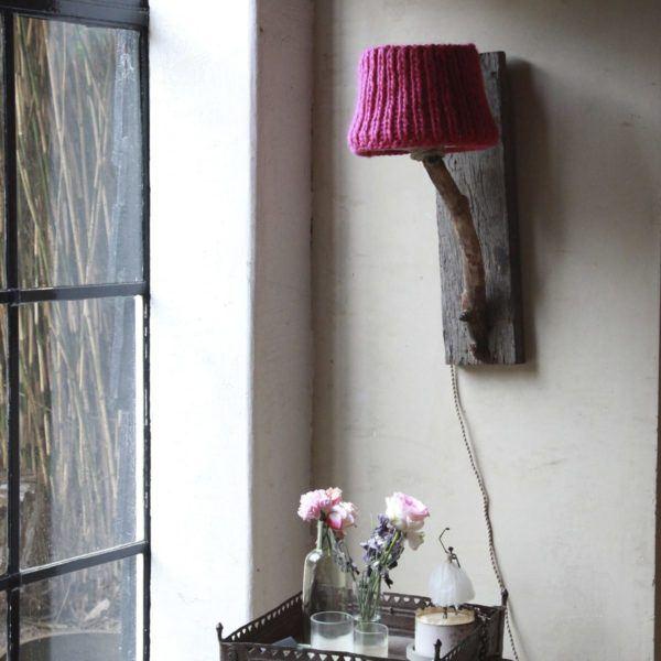 Trävägglampa rustik stickad skärm fuchsia