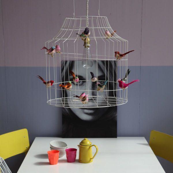 Hängande lampa med små fåglar vitt kontor